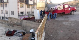 Aracın Kasasındaki Öğrenci Çatıya Düştü