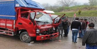Kamyonet, Tır'a Arkadan Çarptı: 2 Yaralı