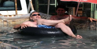 Kamyonetin Kasasını Havuza Çevirdi