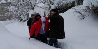 Karda Evden Çıkamayan 2 Kadın Hastayı Diyalize Afad Götürdü