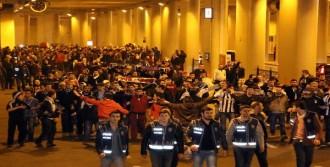 Beşiktaş Taraftarına Tatlı İkramı
