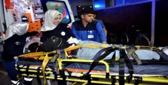 Kavgada Belinde Saplı Kalan Bıçakla Hastaneye Getirildi