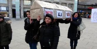 Köln'de Kadınlar Sembolik Tabut Taşıdılar