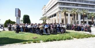 Konak Meydanı'nda Gıyabi Cenaze Namazı