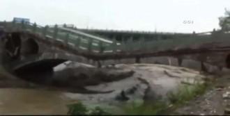 Köprü Çöktü: 12 Ölü