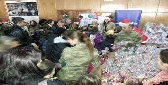 Türk Askerinden Çocuklara Hediye