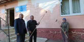 Köy Okuluna İmece Usulü Boya