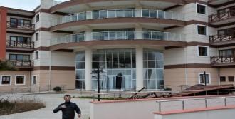 Lodos, Yalova'da Huzurevinin Kapısını Yıktı