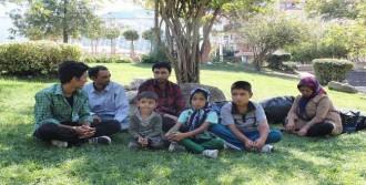 Afgan Aileler Parkta Kalıyor