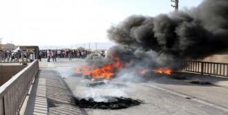 Elektrik Kesintilerini İpek Yolu'nu Kapatarak Protesto Ettiler