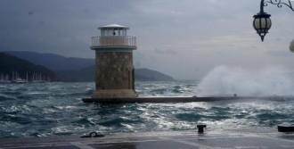 Marmaris'te Fırtına Etkili Oluyor