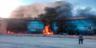 Göstericiler Hükümet Sarayını Ateşe Verdi