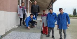 Okullarına Engelli Rampası Yaptı