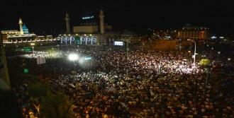 Mevlana Meydanı'nda, Binlerce Kişi Ellerini Semaya Açtı