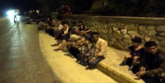 Midilli'de İsyan Çıkaran Mülteciler Kampı Ateşe Verdi