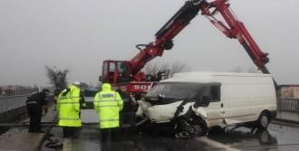 Minibüs Köprüde Askıda Kaldı: 3 Yaralı
