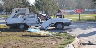 Minibüs, Otomobille Çarpıştı: 2 Yaralı