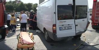 Minibüs Tabela Direğine Çarptı; Sürücü Araçta Sıkıştı