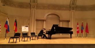 Hayalindeki Salonda Konser Verdi