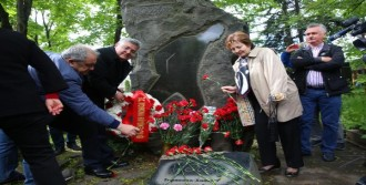 Nazım Hikmet Ölümünün 54.yılında Moskova'daki Mezarı Başında Anıldı