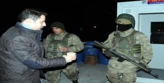 Polislere Ve Askerlere Sıcak Çorba İkramı