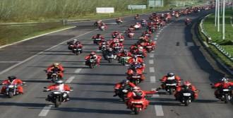 Sırp Motorcular Çocuklara Hediye Dağıttı