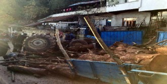Odun Yüklü Traktör Devrildi 4 Yaralı
