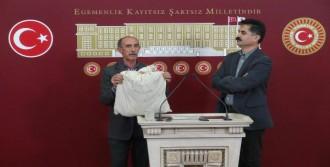 Oğlunun Kıyafetleriyle Basın Toplantısı Yaptı