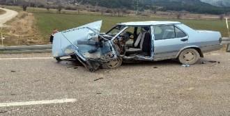 Otomobil Çarpıştı: 1 Ölü