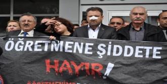Öğretmenlerden Belediye Önünde Dayak Protestosu