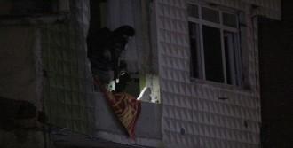 Pencereye Asılan Pankart Polisi Harekete Geçirdi