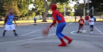 Örümcek Adam İzleyenleri Büyüledi