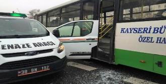 Otobüs, Cenaze Aracının Açık Kapısına Çarptı