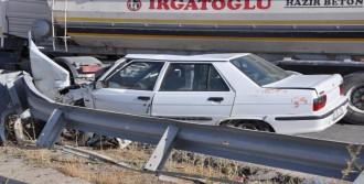 Otomobil Beton Mikserine Çarptı