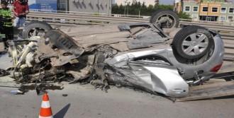 Otomobil Freni Kilitlenen Kamyona Çarptı