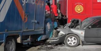 Otomobil İle Kargo Kamyonu Çarpıştı: 1 Ölü 3 Yaralı