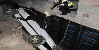 Otomobil, İnşaat Çukuruna Düştü