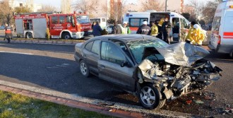 Otomobil İşçi Servisine Çaprtı: 7 Yaralı
