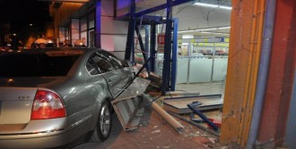 Otomobil Markete Girdi: 2 Yaralı