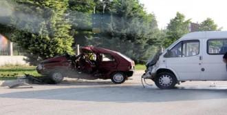 Otomobil Minibüsle Çarpıştı: 1 Ölü, 5 Yaralı