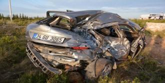 Otomobil Şarampole Devrildi: 2 Ağır Yaralı