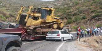 Otomobil Tır'a Çarptı, 17 Kilometre Araç Kuyruğu Oluştu