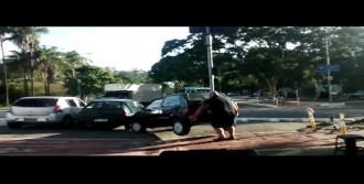 Otomobili Elleriyle Kaldırıp Yolun Kenarına Çekti