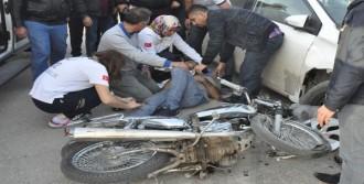 Otomobille Çarpışan Motosikletteki 2 Kardeş Yaralandı