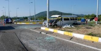 Otomobille İşçi Servisi Çarpıştı: 1 Ölü, 12 Yaralı