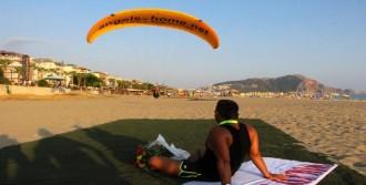 Paraşütle Sahile İnen Sevgiliye Evlilik Teklifi