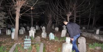Polisler Mezarlıkta Arama Yaptı