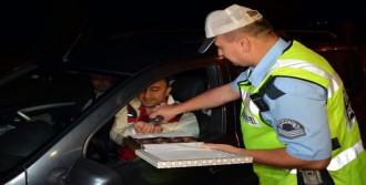 Polisten Sürücülere Çikolatalı Uyarı