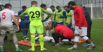 Sevinç Yaşayan Futbolcu Ayağını Kırdı
