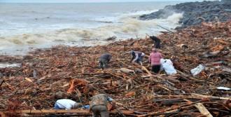 Rize'de Şiddetli Yağışta Köprü Çöktü, Yollar Ulaşıma Kapandı